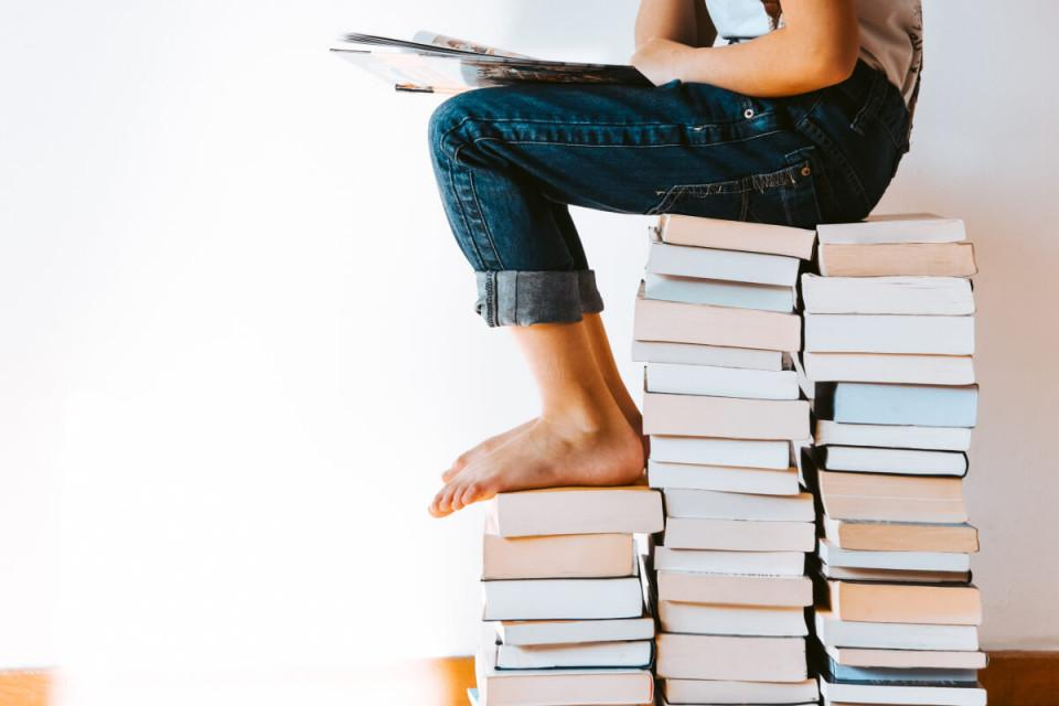 """""""Der Öffentliche Bücherschrank"""" ist täglich 24 Stunden geöffnet und befindet sich in der Kirchstraße 6, 82449 Uffing am Staffelsee:<br />- Jede/r kann sich kostenlos ein Buch entnehmen, es behalten oder auch zurückbringen.<br />- Sie finden ein breit gefächertes Angebot von Literatur, Sach-, Fach-, Kinder- und Jugendbüchern und vielem mehr vor.<br />- Jede/r kann wenige interessante und gut erhaltene Bücher bringen. Legen Sie diese bitte auf den blauen Tisch. Wir sortieren sie dann ein. Bitte keine Zeitschriften oder sonstigen Hefte, DVDs, CDs, MCs, Lehr- und Unterrichtsbücher, Atlanten, Landkarten, Lexika oder Kalender!<br /><br />Wir wünschen Ihnen viel Spaß beim Stöbern und Lesen!<br /><br />https://www.uffing.de/oeffentlicher-buecherschrank<br /><br />Bitte beachten Sie die ausgehängten Corona-Hygieneregeln!"""